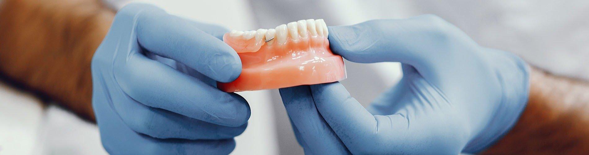 Con dentadura postiza ya no como igual